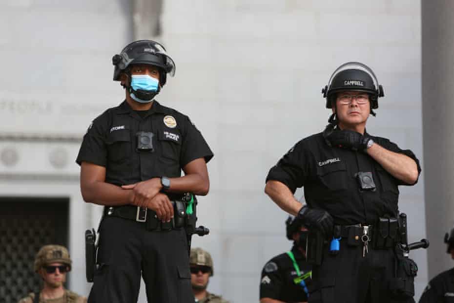 La policía monitorea de cerca una protesta pacífica de Black Lives Matter afuera del Ayuntamiento de Los Ángeles el 2 de junio de 2020.