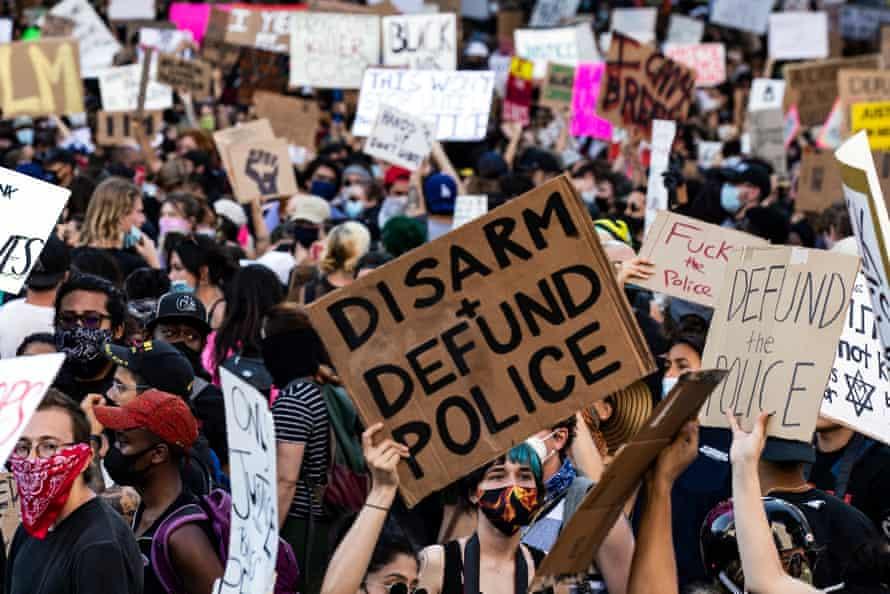 Los manifestantes llevan carteles mientras se reúnen cerca del Ayuntamiento de Los Ángeles el 3 de junio de 2020.