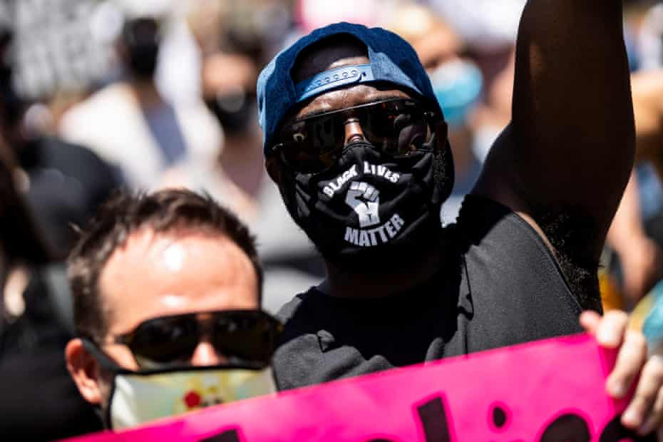 Un hombre con una máscara de Black Lives Matter asiste a una protesta en Los Ángeles el 14 de junio de 2020.