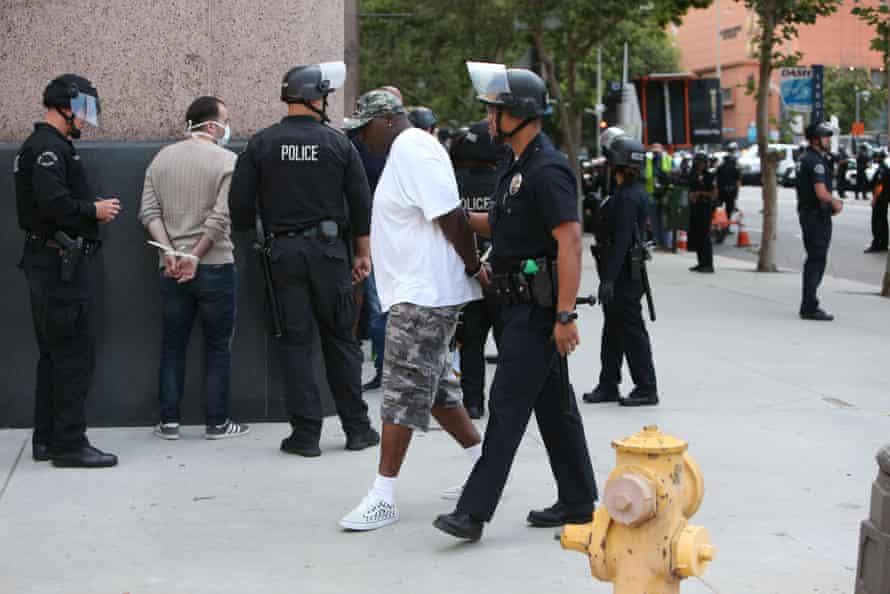 Un hombre es arrestado durante una protesta de Black Lives Matter en el centro de Los Ángeles el 2 de junio de 2020.