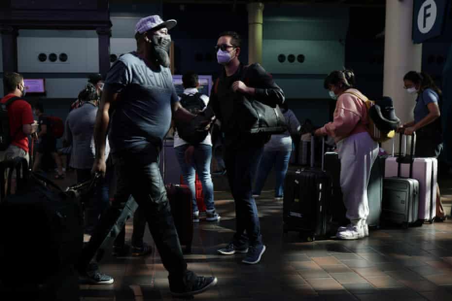 Joe Biden reprendió a los pasajeros de las aerolíneas que no usan máscaras cuando reveló nuevos requisitos de vacunación.