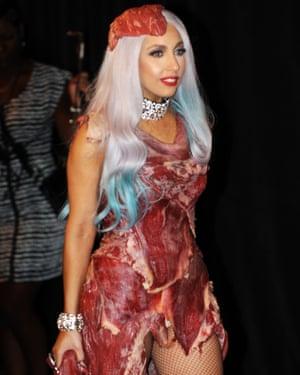 Lady Gaga usa un vestido de carne