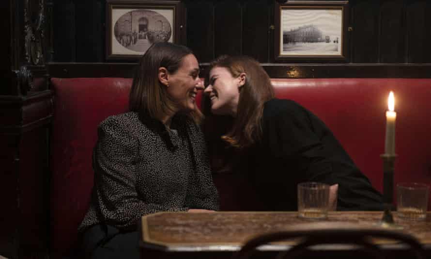 Una cosa lleva a la otra ... Amy Silva (Suranne Jones) y Kirsten Longacre (Rose Leslie).