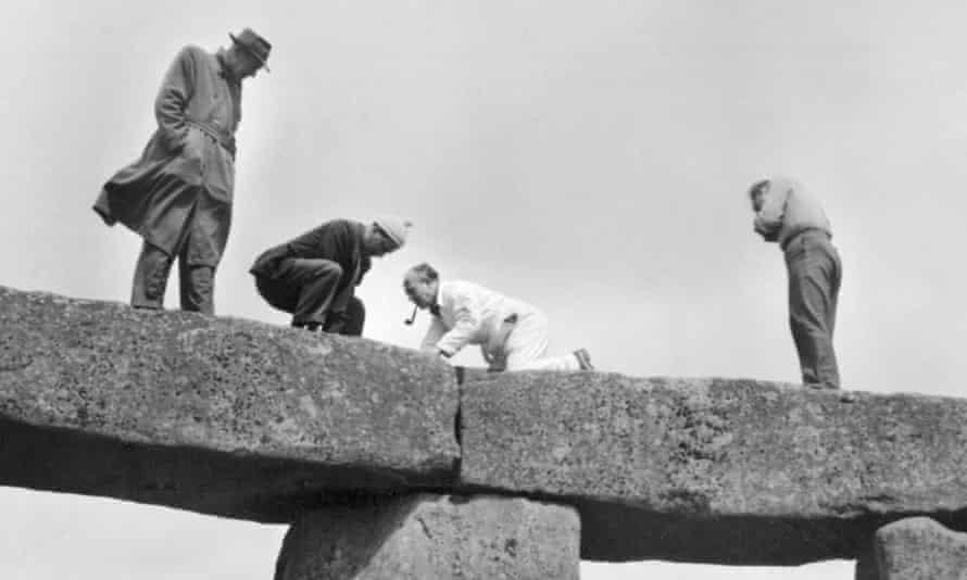 Las fotografías del proyecto de restauración de 1958 muestran a personas fumando pipas y vistiendo trilbies mientras están parados sobre piedras.