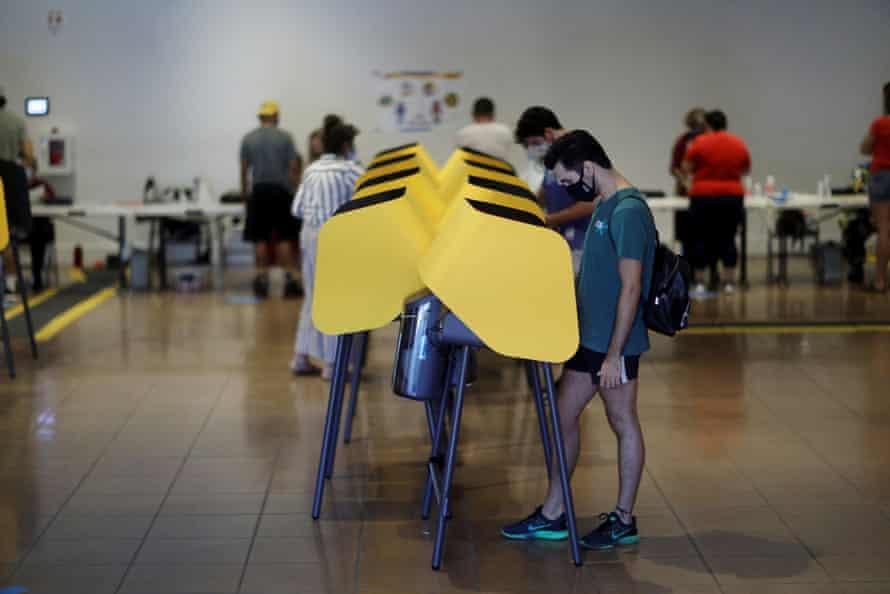 Los californianos votan en las elecciones revocatorias para gobernador en Long Beach, California.