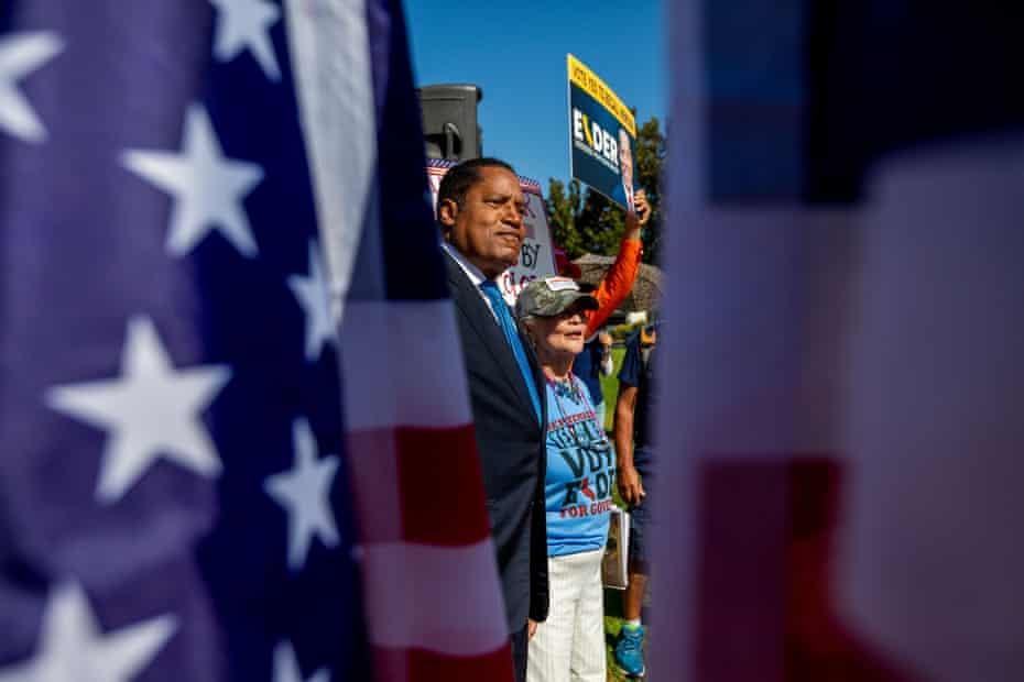 Larry Elder está haciendo campaña en Los Ángeles antes del retiro.