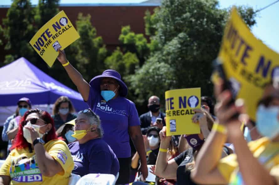 Los partidarios sostienen carteles en apoyo de Gavin Newsom en un mitin Stop the Recall en Oakland, California, el 11 de septiembre.