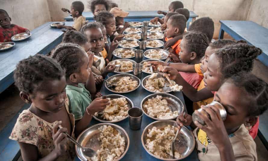 Los estudiantes del sur de Madagascar almuerzan en la escuela primaria, proporcionada por el Programa Mundial de Alimentos.