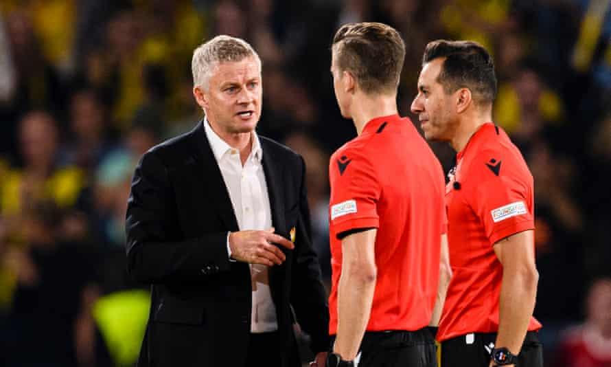 Un Ole Gunnar Solskjær descontento con el árbitro François Letexier.