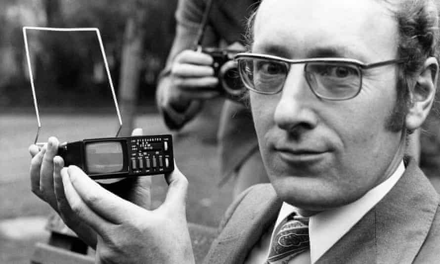 Clive Sinclair con Pocket TV