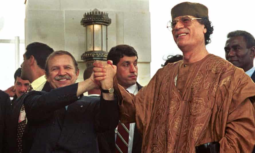 Bouteflika y el líder libio Muammar Kadhafi en 1999.