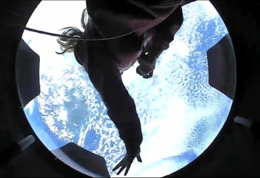 Un miembro de la tripulación de Inspiration4 visto en su primer día en el espacio.