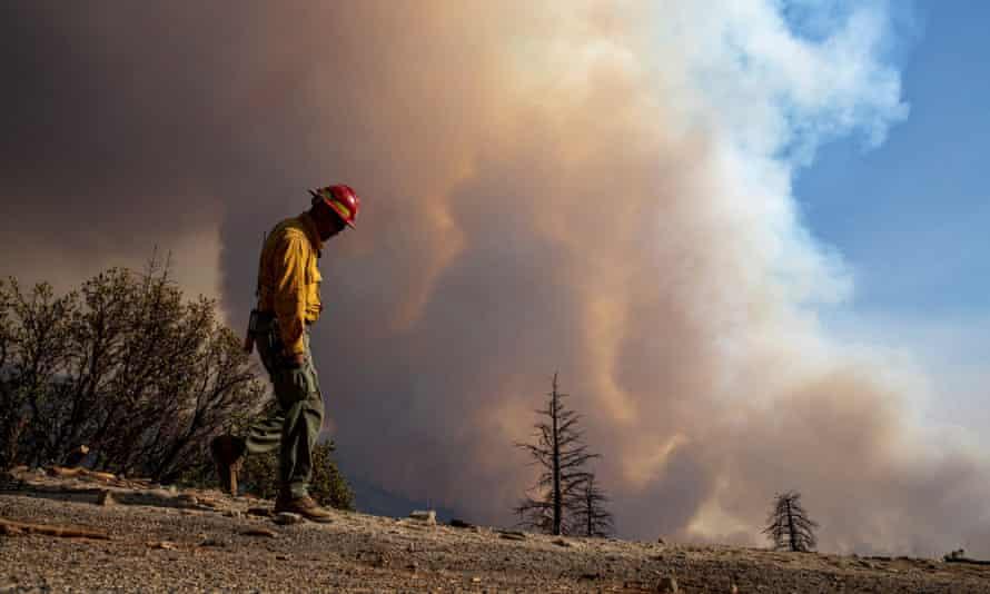 Un miembro del equipo de bomberos vigila una colina mientras las llamas arrasan el Bosque Nacional Sequoia el 16 de septiembre.
