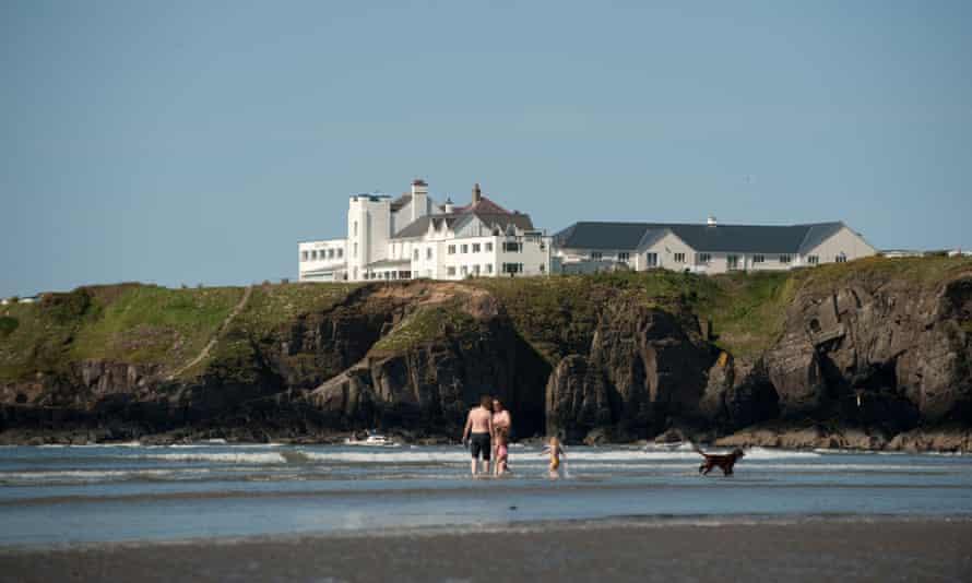 Salida en tierra: The Cliff Hotel, visto desde la playa de Poppit Sands, Pembrokeshire.