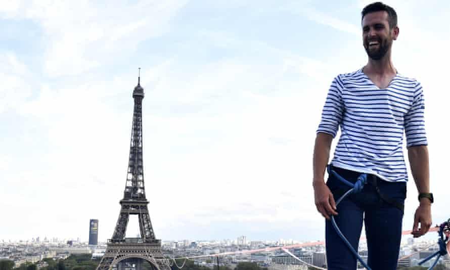 Nathan Paulin cruza un slackline entre la Torre Eiffel y el teatro Chaillot en París, Francia