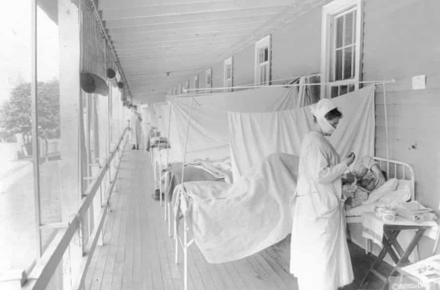 Una enfermera atiende a un paciente en la sala de influenza del Hospital Walter Reed en Washington en 1918.