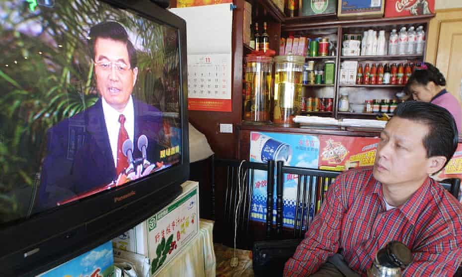 Un restaurador observa después de que Hu Jintao fuera nombrado secretario general del Partido Comunista de China en 2002