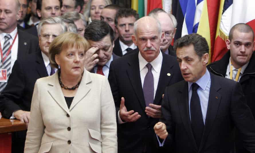 Angela Merkel en 2010 con el presidente griego George Papandreou y el presidente francés Nicolas Sarkozy en una cumbre europea en Bruselas.