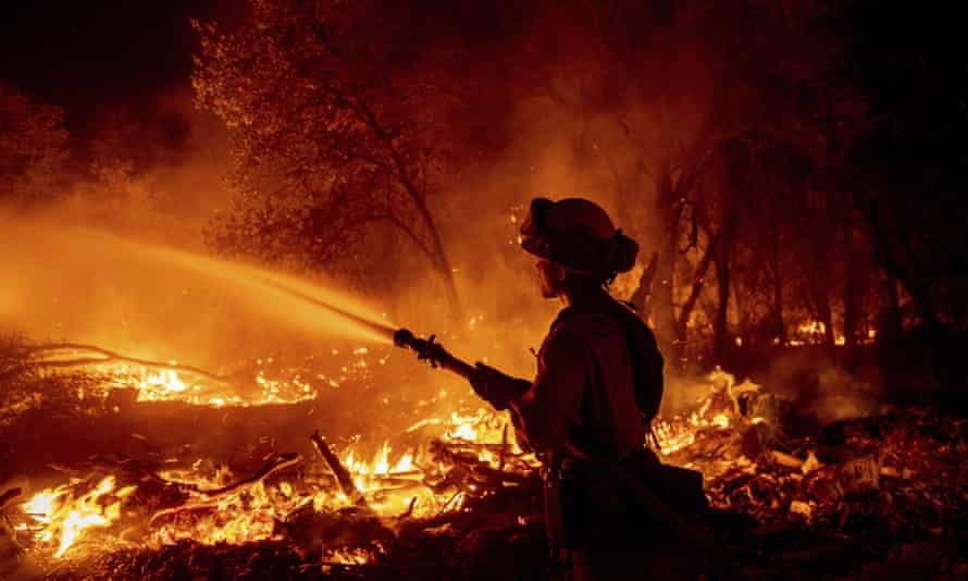 Un bombero combate el incendio de Fawn en el condado de Shasta el 23 de septiembre.