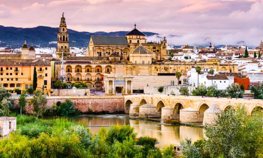 El río Guadalquivir en Córdoba, Andalucía.
