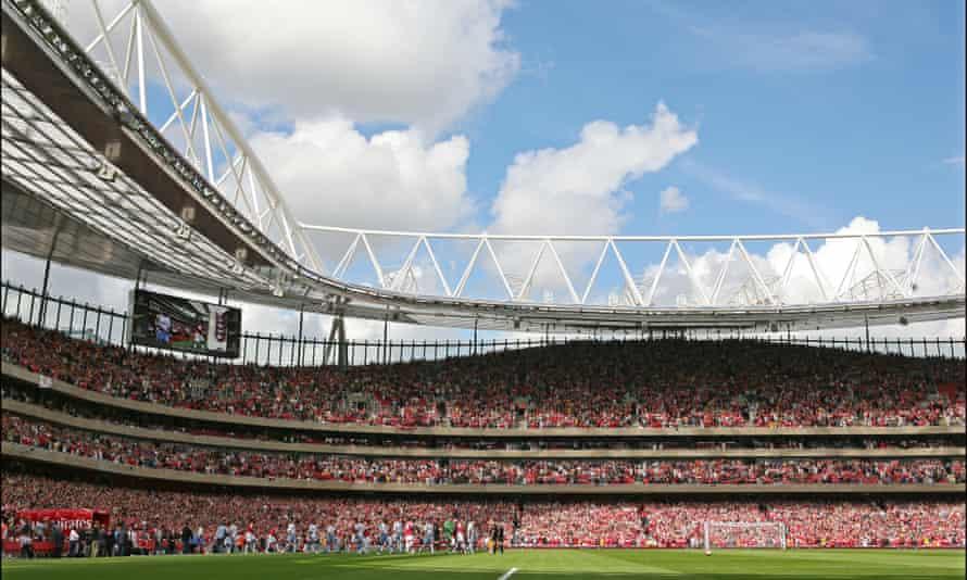 Los jugadores del Arsenal y del Aston Villa entran al campo en agosto de 2006 para el primer partido competitivo en el Emirates Stadium.
