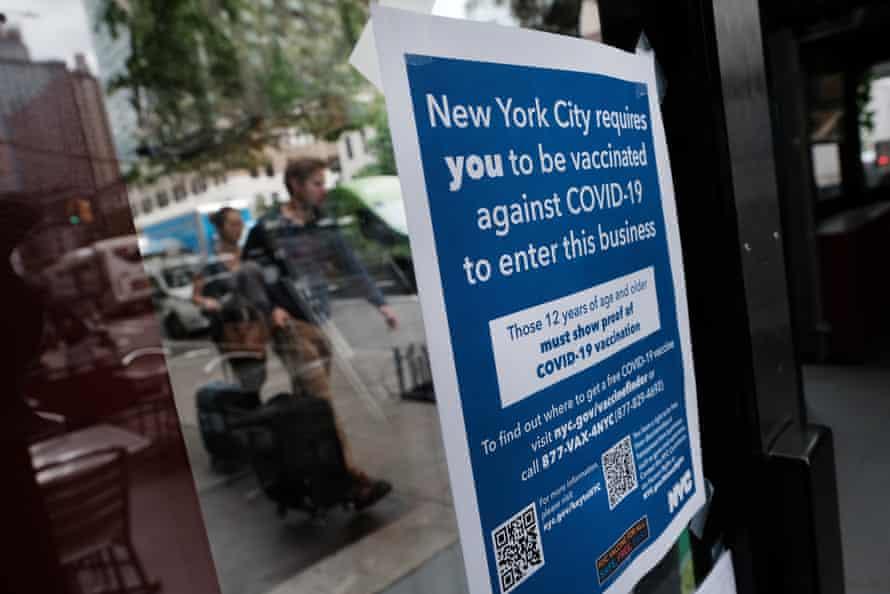 Un restaurante de la ciudad de Nueva York advierte a los clientes que deberán mostrar un comprobante de vacunación.