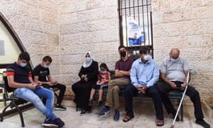 Los palestinos esperan recibir una vacuna de refuerzo contra Covid-19 en Jerusalén Este.