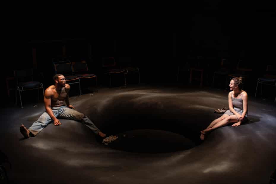Cocoon convertido en vórtice… La escenografía de Niall McKeever.