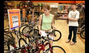 Tienda de motoristas y ciclistas de Halfords, The Wyvern, Derby. Bicicletas a la venta