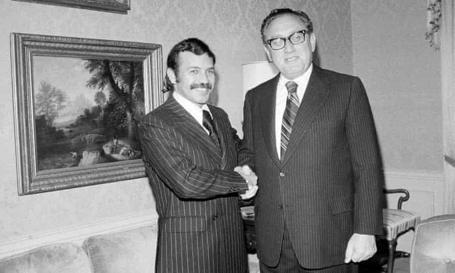 Abdelaziz Bouteflika con el secretario de Estado de Estados Unidos, Henry Kissinger, en 1975.