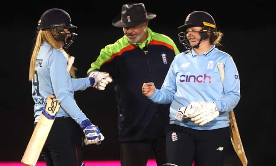 Sophie Ecclestone (izquierda) y Anya Shrubsole ayudaron a Inglaterra a ganar la final.