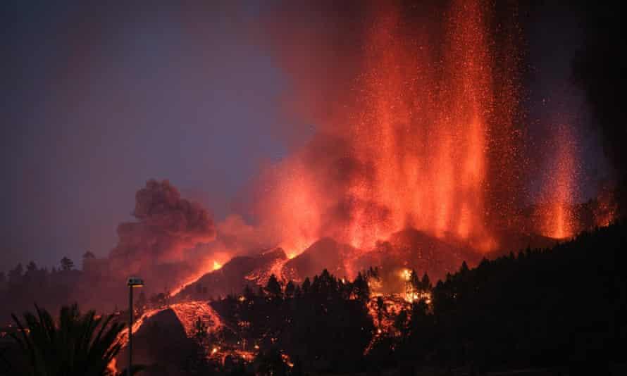 El Monte Cumbre Vieja entra en erupción en El Paso.