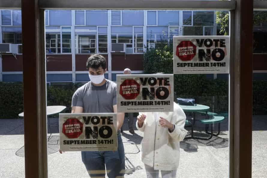 Los voluntarios colocaron carteles para Gavin Newsom en San Francisco el 14 de septiembre.