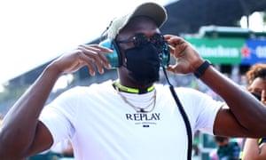 Usain Bolt camina en la parrilla