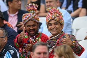 Aficionados indios listos para la acción.