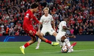 El centro del Liverpool, Trent Alexander-Arnold, es desviado hacia su propia red, Fikayo Tomori del AC Milan.