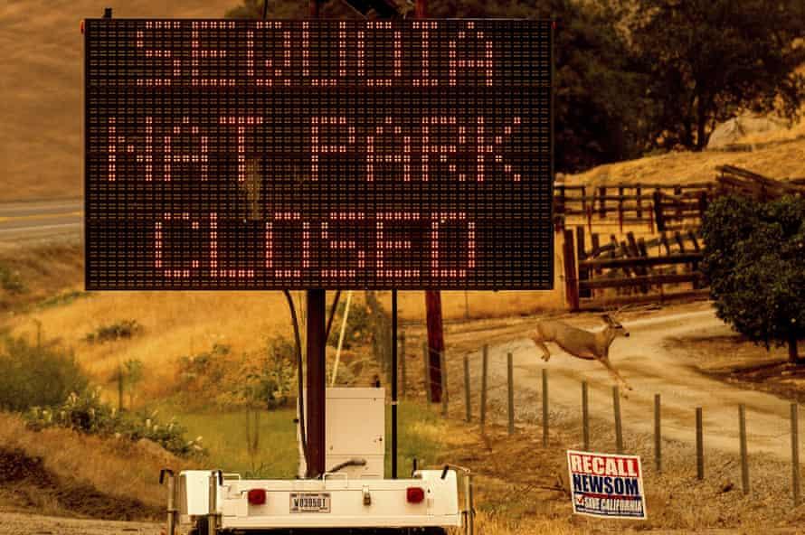 Un letrero anuncia el cierre del Parque Nacional Sequoia, donde arden los incendios del complejo KNP.