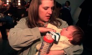 Vycki Higley con su hija Robyn. El padre de Robyn, Robert, murió en los ataques, siete semanas antes de que él naciera.