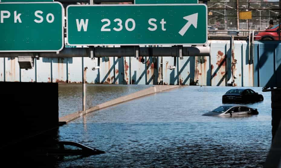 Autos abandonados en una carretera inundada el jueves en el vecindario del Bronx de Nueva York.