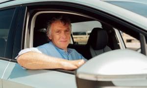 Sam Wollaston en su auto eléctrico.