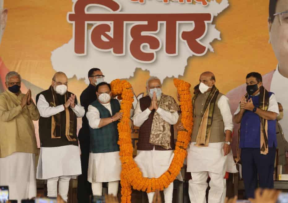 El primer ministro indio, Narendra Modi, rodeado por los líderes del BJP.