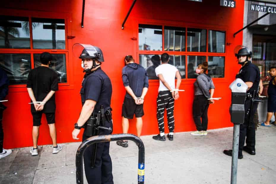 La policía arresta a saqueadores durante las protestas de George Floyd en Los Ángeles el 1 de junio de 2020.