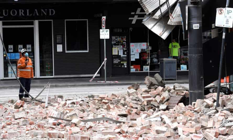 Los ladrillos cubren el camino fuera de un edificio en Chapel Street dañado por el terremoto.
