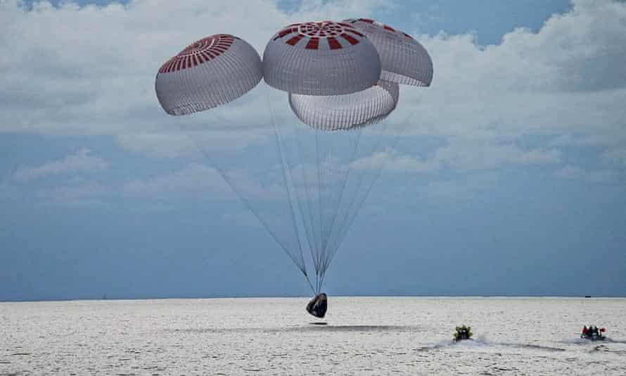 En esta imagen tomada por SpaceX, una cápsula que transporta a cuatro personas se lanza en paracaídas al Océano Atlántico el 18 de septiembre.