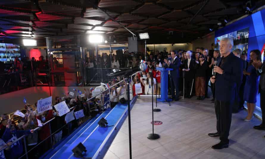 El alcalde de Moscú, Sergei Sobyanin, se dirige a los partidarios del partido Rusia Unida.